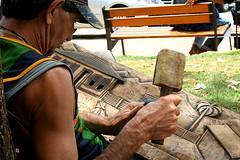"""""""Mos... (Fabiana Velso) Tags: artesanato mg mercado madeira mos diamantina ferramentas talhada arteso duetos frenteafrente esculpindo fabianavelso"""