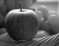 Mais pourquoi ve a mordu dans la pomme ;) (nommad) Tags: nature fruits nikon crve photomaniaque unjourlaterre petiteshistoiressansparoles crve5 crve2 crve3 crve4 crve7 crve6