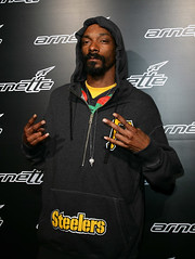 snoop dog throwing up signs