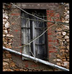 finestra e grondaia (prosumer1) Tags: aplusphoto flickrestrellas gr8photo
