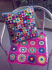 Tiny Granny Squares Pillow (LauraLRF) Tags: art colors thread chair arte squares handmade circles small crochet colores pillow abuela cotton silla tiny mano hilo granny cushion almofada pequeos hecho cromo algodon circulos tejido ganchillo cuadrados cuadritos almohadon