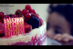 Yumi Numi (Weda3eah*) Tags: blue cake by berry hand yum fauchon strowberry weda3eah vanellea