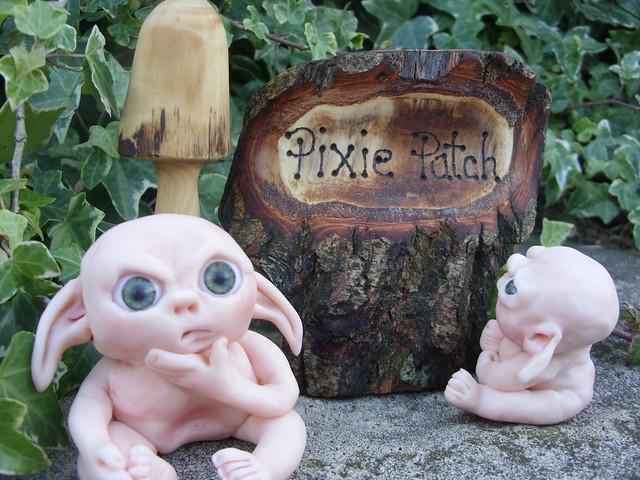 Pequeño elfo asustado en el jardín