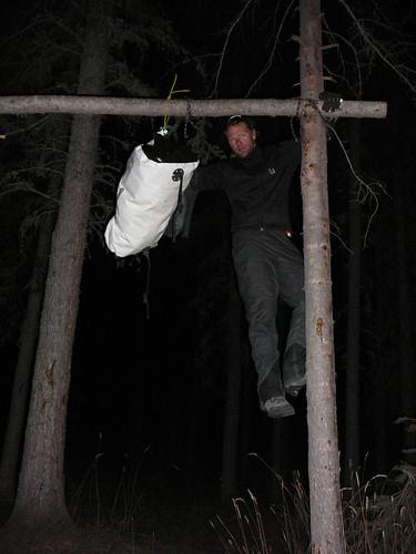 Harry colgando la comida para que no la alcancen los osos en la noche