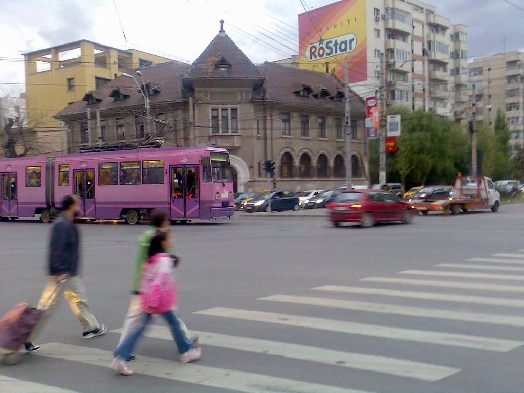 Tram rose dans Bucarest