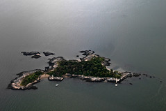 their own little island (nosha) Tags: nyc newyorkcity ny newyork nikon air september helicopter 2008 heli d300 18200mm nosha thimbleisland