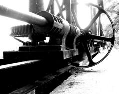 Engranaje (FotoJuanMa) Tags: blancoynegro mecanica presa maquina engranaje