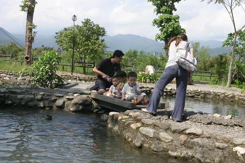 你拍攝的 八甲魚場:餵魚的一群人。