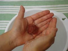 Bola feltrada na água 5