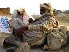 NOTHING TO GAIN, NOTHING TO LOSE (S.M.Rafiq) Tags: street pakistan oldman devotees karachi sufi sindh smrafiq