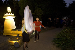 'geesten' op de begraafplaats (Omroep Brabant) Tags: show licht kinderen avond denbosch jubileum begraafplaats kerkhof viering omroepbrabant orthen wwwomroepbrabantnl 150jarig