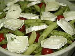 Penne med pesto, cherrytomater, sorte oliven og gedeost