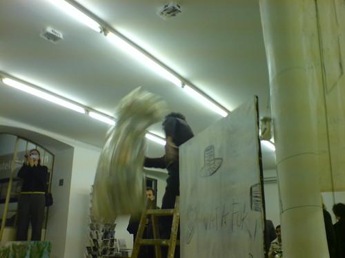 Künstler wirft Pilz bei Gutleut15 - November 2006
