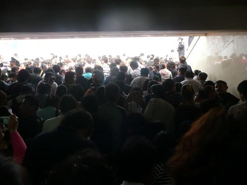 Drukke uitgang metro