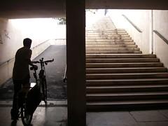 Rampa ou escada para o lado do sentido Cascais-Lisboa