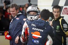Dovizioso recibe la felicitacin de su equipo (Box Repsol) Tags: silverstone motogp repsol dovizioso andreadovizioso repsolhondateam mundialdemotociclismo equiporepsol pilotorepsol gpdegranbretaa temporada2011
