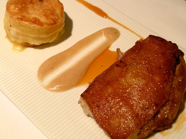 Brazuelo de cochinillo confitado con puré de manzana aromático, pasta de papa con queso andino y salsa de cítricos