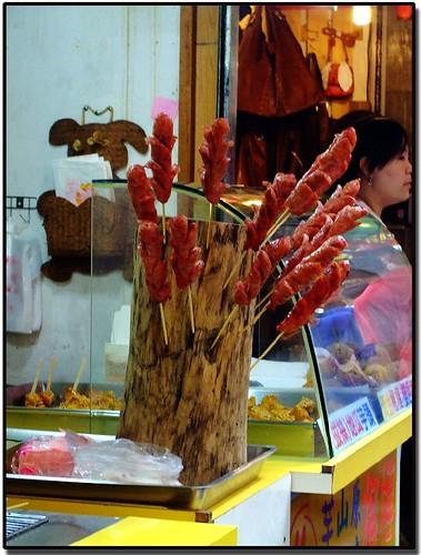 山豬肉香腸當糖葫蘆賣?