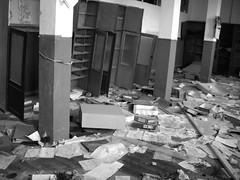 En el olvido (Manu B 81) Tags: desorden abandono abandonado lugarabandonado fabrica oficina oficinas antiguafabrica aurrera sestao vizcaya bizkaia paisvasco euskadi basquecountry bw bn byn caos