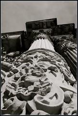Detalle edificio columnado junto a catedral de Sevilla