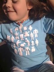 Niña usando camiseta weRobot