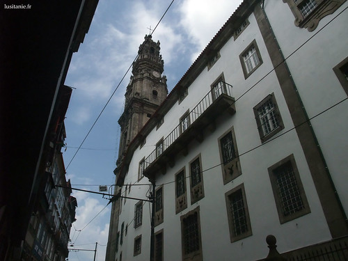 Os lados da igreja parecem-se com fachadas de prédios portuenses comuns