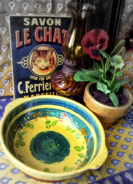 kitchen cat private print table junk display personal decorative object country decoration bowl advertisement provence cloth cottagestyle avignon arrangement collectibles oillamp coordination texitile provancal souleiado tinboard