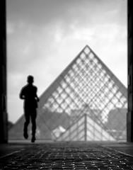 Joggande man vid du Louvre