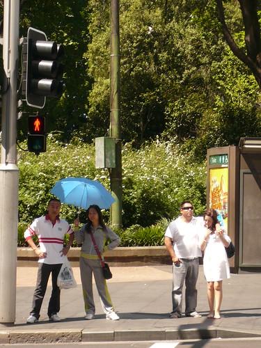 blog voyage australie sydney whv backpacker travel passage pieton parapluie asiatique