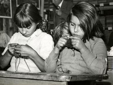 Breien in lagere school in woonwagenkamp
