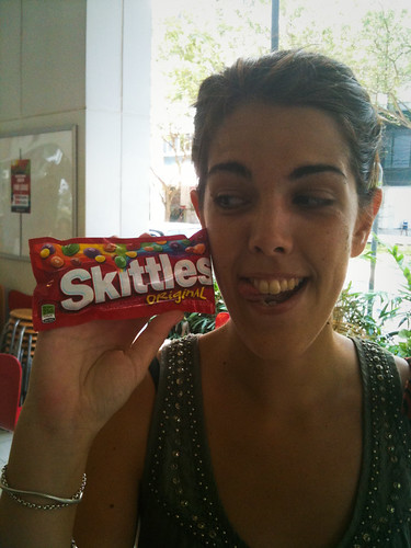 Ana con sus Skittles