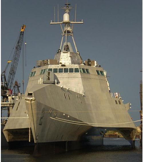 Un barco de guerra que no pasa desapercibido