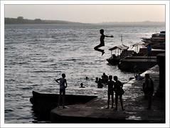 L'Envol (Christian Lagat) Tags: india plongeon evening jump dive soir saut inde ghat narmada madhyapradesh envol भारत maheshwar nikkor50mmf18d stmagnumesque nikond40x