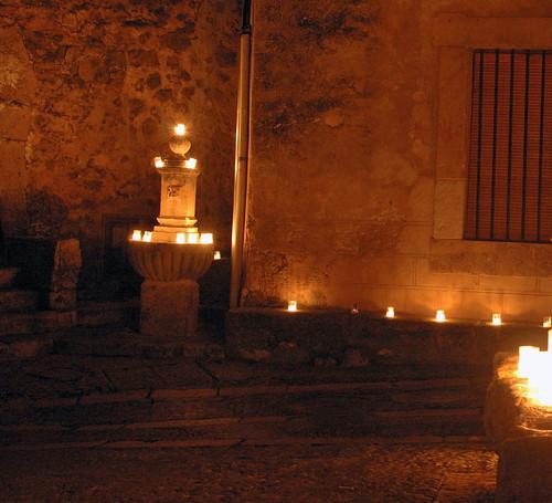Fuente de La Cárcel con velas