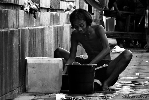 man doing laundry street sidewalk city washing clothes Pinoy Filipino Pilipino Buhay  people pictures photos life Philippinen  菲律宾  菲律賓  필리핀(공화국) Philippines