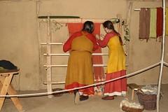 Raphi (Roeser) und Hallveig (Michaela Kafai) arbeiten am senkrechten Gewichtswebstuhl in dem Haus des Tuchhändler (Haus Nr. 2) - Museumsfreifläche Wikinger Museum Haithabu WHH 24-08-2008