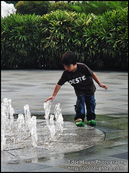 kids and fountain