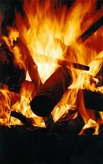 aqui t quente ... (Edison Zanatto) Tags: brazil southamerica braslia brasil fire nikon fogo fogueira nikonn90s americadosul sdamerika centrooeste fagulha fujicolorprovalue200 filme35mm regiocentrooeste continentesulamericano edisonzanatto