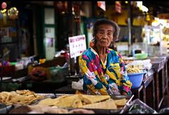chinatown market (atwose) Tags: flowers thailand lafotodelasemana chinatown bangkok tailandia mercado abuela unposed colorido vejez robado twose marquet flres atwose lfs062008