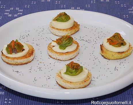 Crostini con mozzarella, alici e fiori di zucchine