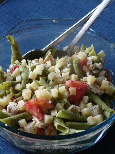 Salada fria de frango com massa e espargos
