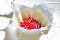 Splash ( Emerson Fiuza) Tags: brasil canon milk emerson strawberry fiuza curitiba parana splash morango 30d leite nostrobistinfo