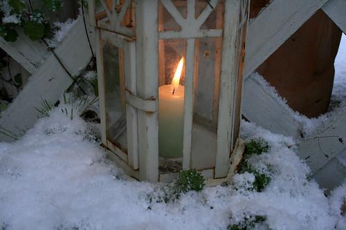 erster schnee laterne