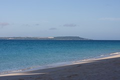 長間浜から伊良部島を眺める