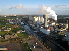 Beet root sugar refining factory, Vierverlaten, Netherlands (KAPturer) Tags: kite holland netherlands dutch nederland aerial fromabove steam sugar beets kap groningen beet birdseyeview vapour vapor kiteaerialphotography luchtfoto fabriek csm plume vanboven vlieger sugarfactory vogelvlucht suikerfabriek hoogkerk suiker bieten bietencampagne hoendiep vliegerfoto canonixus850is vierverlaten kapturer