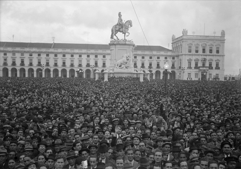 Manifestação de apoio ao governo, Terreiro do Paço (H. Novais, s.d.)