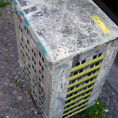 Evol / CTink: Plattenbau mit Rooftops von Tower (Antonia Schulz) Tags: street urban streetart berlin tower art project calle stencil arte kunst ciudad plattenbau urbana plakat evol affiche fassade pochoir postkasten schablone ctink criteau