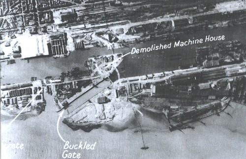 Foto tomada poco después del ataque. Están señalados algunos de los objetivos logrados entre los que se encuentra el dique totalmente inundado de agua