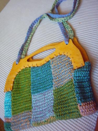 Bolsa de crochet com alça madeira