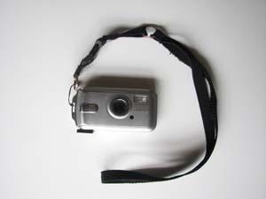 携帯ストラップをカメラに取り付けたところ